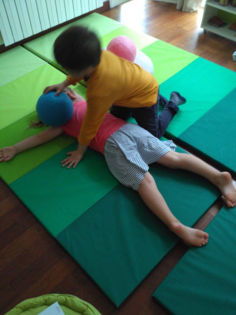 enfants en séance relaxation ludique