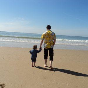 homme et enfant sur la plage