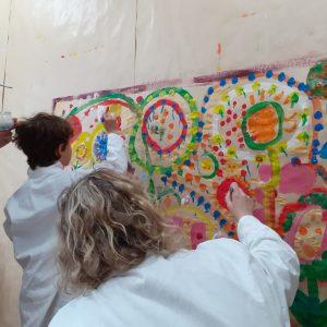 adultes et enfants peignent ensemble