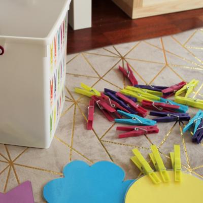jeu de couleurs avec épingles à linge